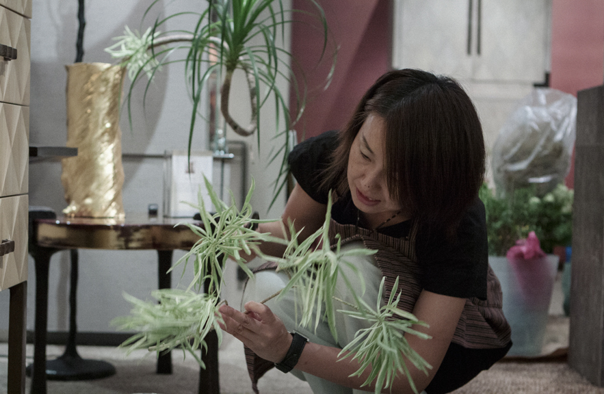 Ikebana artist Naomi Daimaru teaching at Alexander Lamont shop