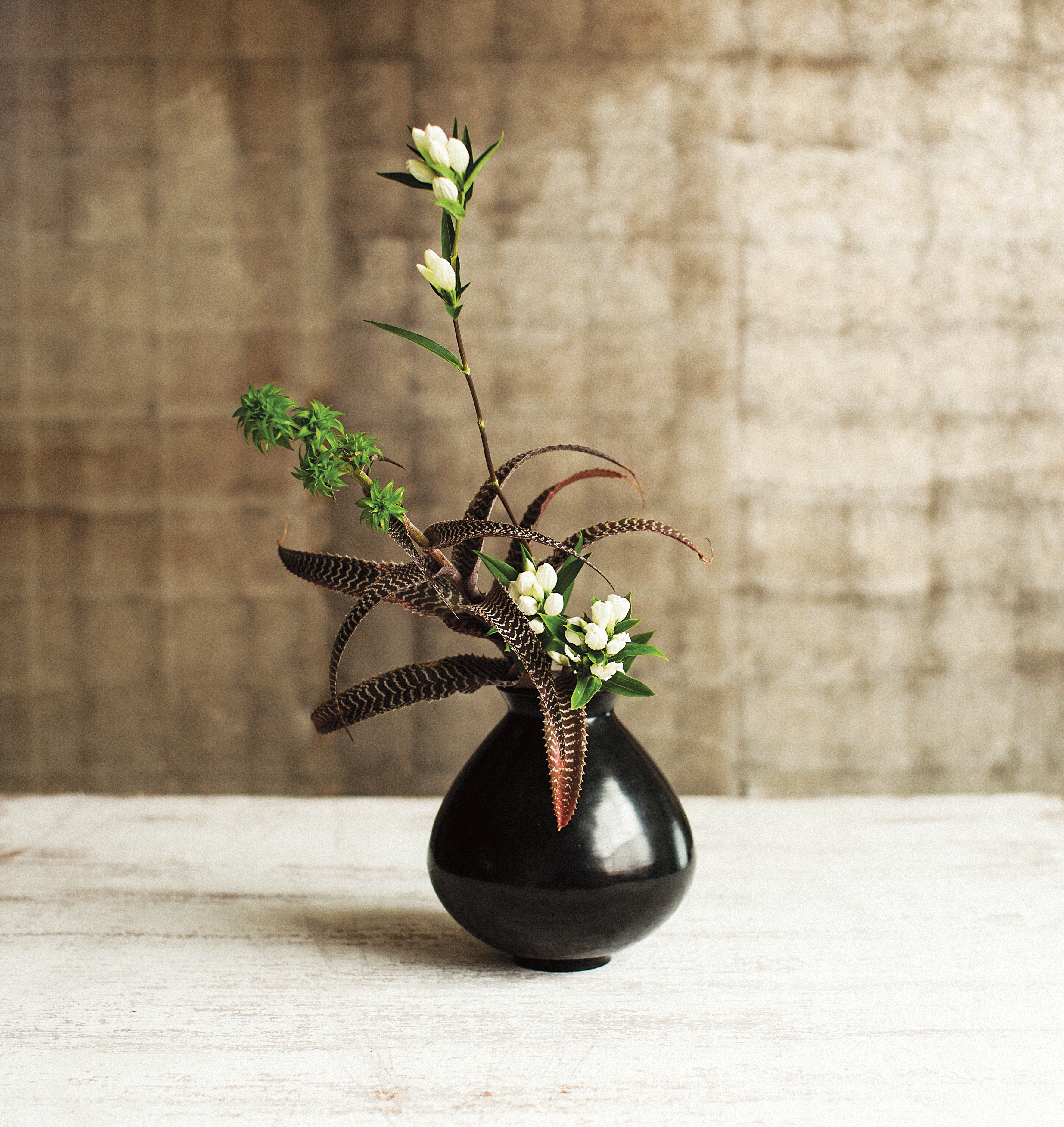 Ikebana by Naomi Daimaru and bulb bronze vessel by Alexander Lamont